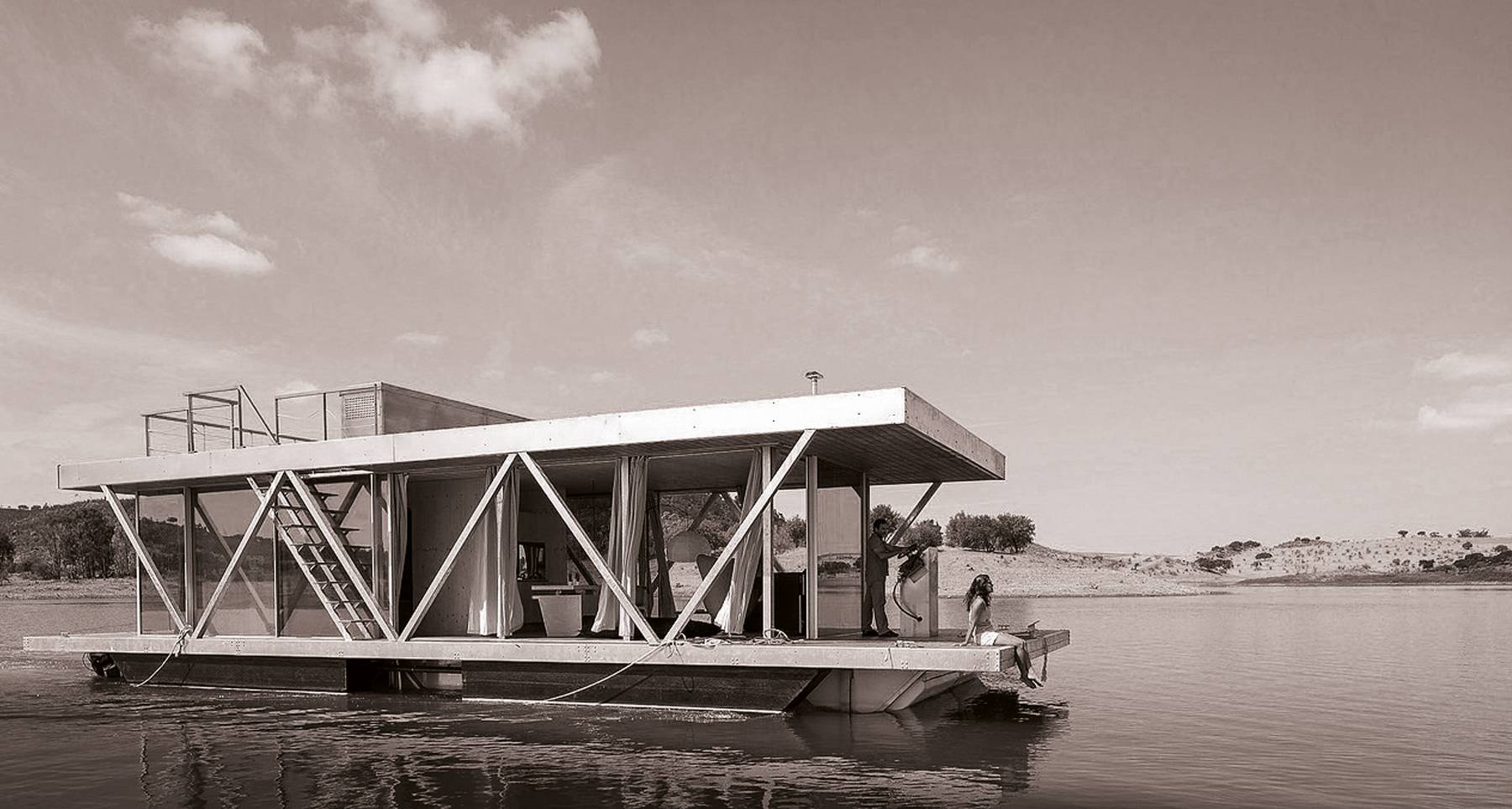 A floating home on the Alqueva Lake. Can you imagine a getaway for two on a mobile house in the middle of a lake or in a pleasant river cove for the entire family or a group of friends, but with the comfort and convenience of a fully-furnished home?