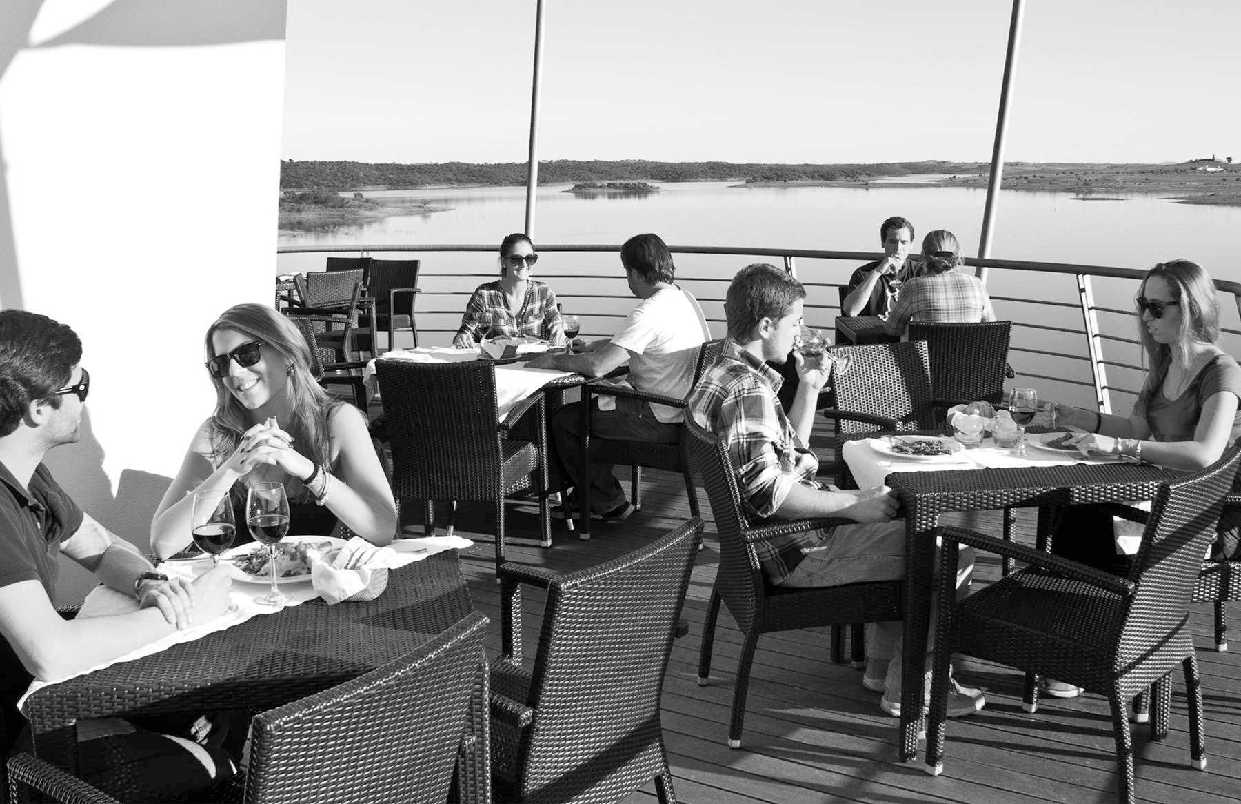 Sobre as calmas águas do Lago Alqueva, o Restaurante Panorâmico Amieira Marina tem para lhe oferecer o melhor da Gastronomia Tradicional Alentejana.