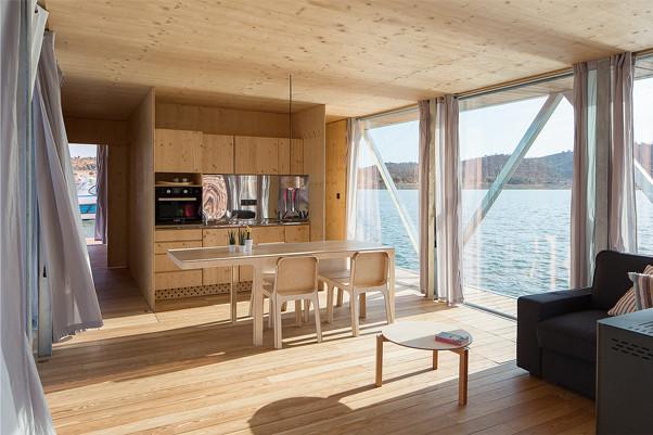 Une maison flottante sur le Lac Alqueva. Avez-vous déjà imaginé passer quelques jours de repos à deux, en famille ou entre amis, au milieu d'un lac ou dans un coin agréable d'une anse fluviale tout en disposant de la commodité et du confort d'une habitation bien équipée ? 2